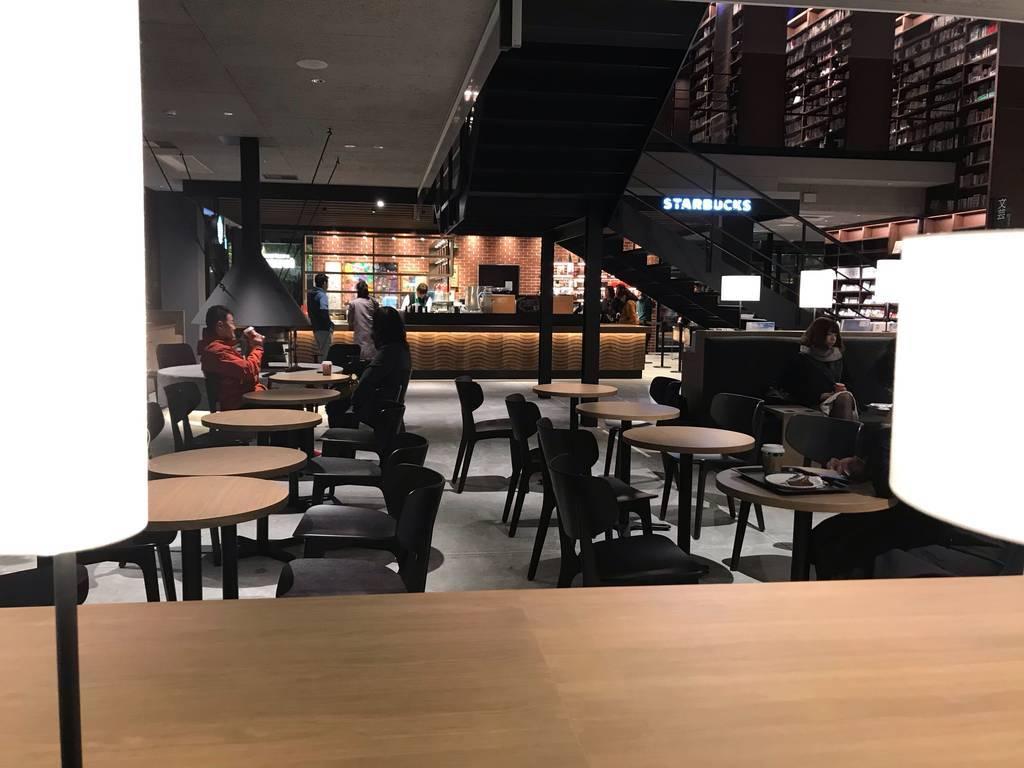 江別 蔦屋書店 平日の夜(2018年12月4日撮影)